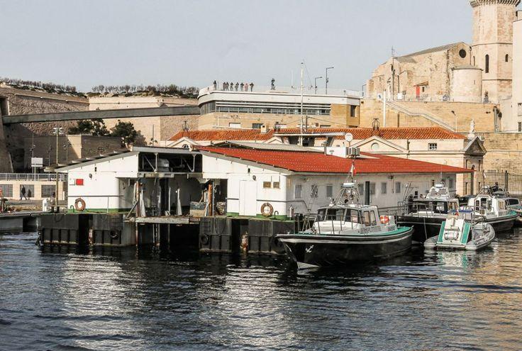 Présent dans le Vieux Port depuis bientôt 50 ans, le Ponton Phocée, chantier naval flottant de la station de pilotage de Marseille-Fos, va bénéficier d'une remise à neuf. Il sera transféré en début de semaine prochaine dans la forme 2 des bassins phocéens pour son arrêt technique décennal. Prévus pour durer un dizaine de jours, les travaux vont porter sur le carénage de la coque, sa remise en peinture et l'embellissement de cet outil historique, qui fait aujourd'hui partie du patrimoine…