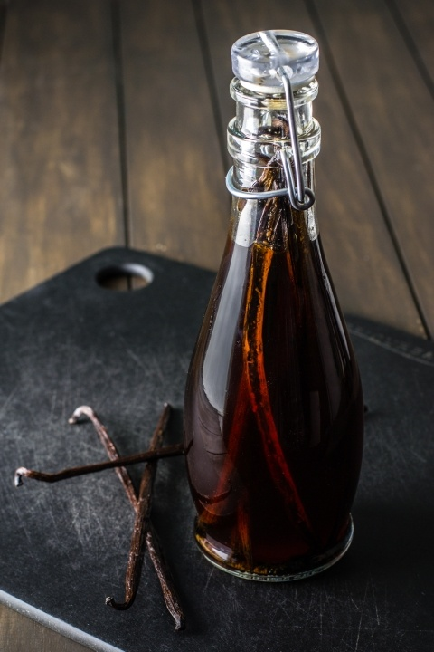 [ DIY: Vanilla Extract & Vanilla Sugar ] Tips on the easiest way to split the bean, alcohol choices, and what to expect during the process. Zero to heaven in six weeks. ~ from SugarAndSnapshots.com: