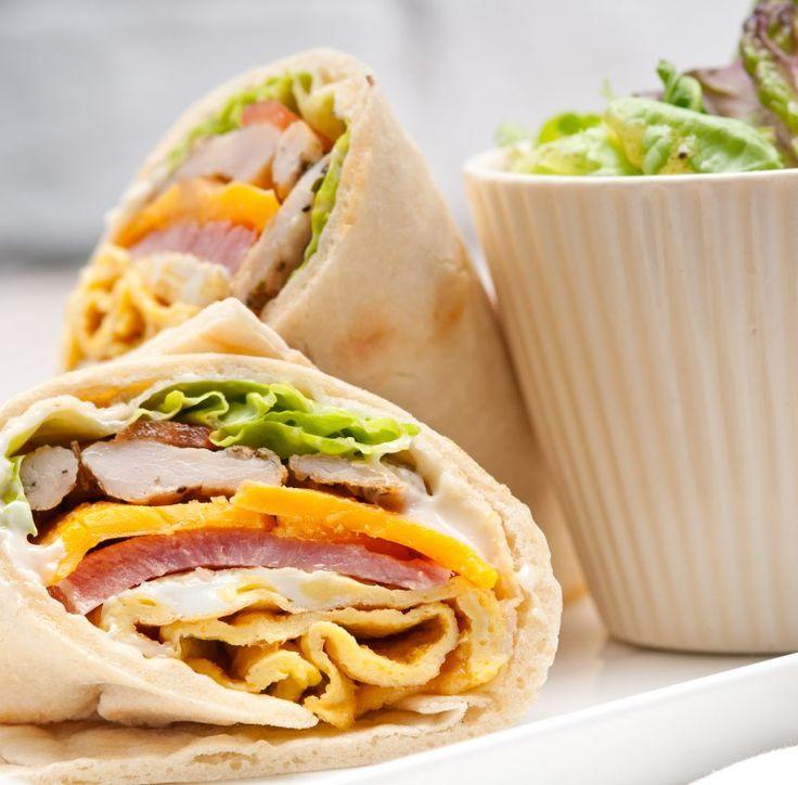 Dieser Dinkel-Wrap mit Hühnchen, Schinken, Paprika und Salat so wie viele weitere gesunde Wrap-Rezepte zum Abnehmen findest Du auf Vitalkochen.