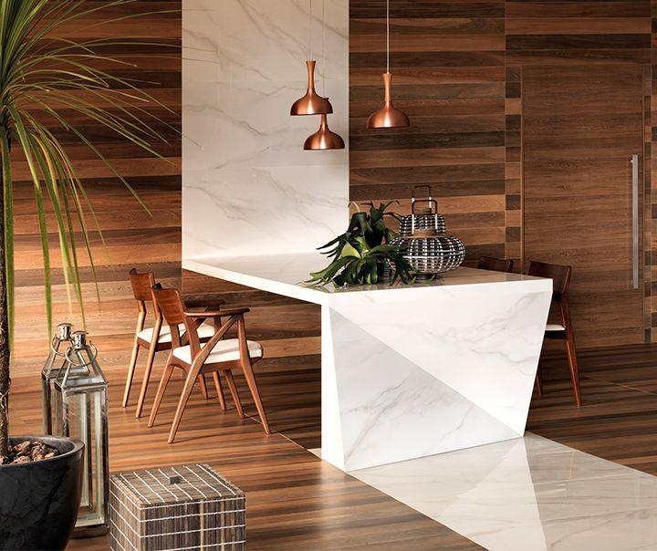 Combinações que encantam: esta é uma delas! A união do mármore branco e suave Bianco Covelano com o Jardim Botânico, que lembra madeira natural, trouxe ao espaço sofisticação e elegância. A bancada, feita através de cortes especiais, surpreende e inova com uma proposta autêntica e contemporânea. #portobello_sa #portobellolovers #BiancoCovelano #JardimBotanico #portobello_marmores #decor #decoraçao #home #porcelanato #madeiras