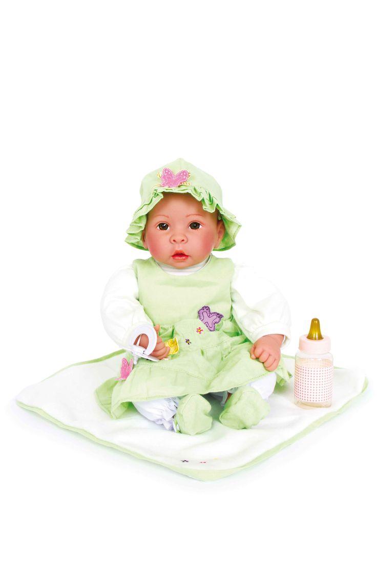 Met tutje, zuigflesje is de kleine Katrin altijd goed verzorgd. Transparante glaslichaam en opgeplakte wimpers laten de ogen sappig verschijnen. De zachte pop draagt een heldergroene jurk met passend hoedje en knuffel deken.