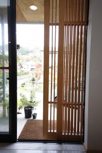 格子戸を引くと、中から広々とした外の景色が見えるけれど、外からは見えにくくなるしくみ。外出時は格子戸を閉めて出かける。