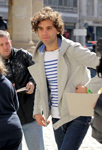 Mika paparazzi - leaving the BBC Radio Theatre, 11-04-2010