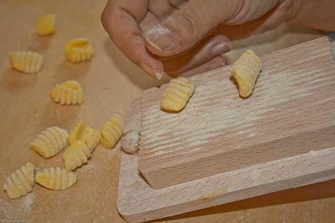 Impasto. I Malloreddus o Gnocchetti sardi sono un tipo di pasta tipico spesso preparato alla campidanese, con pesce o con salsiccia. Ecco come farli e la ricetta.
