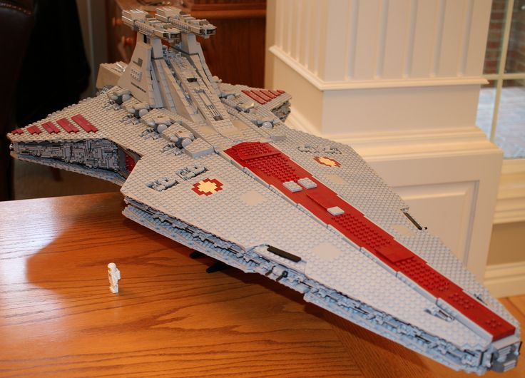 "https://flic.kr/p/wB8AmU | Venator | Finally done!  Lego Star Wars Republic Cruiser (Venator) by  Anio/Polo.  5421 pcs.  Model is 140 studs long by 69 studs wide, which is roughly 44"" x 21.5"" total."