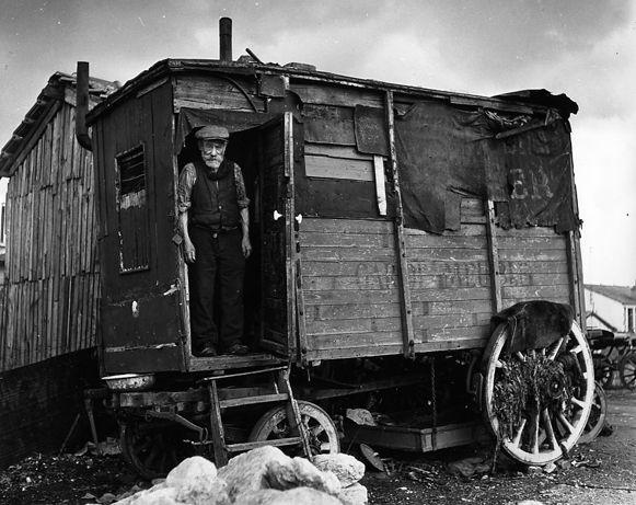 Robert Doisneau...La roulotte amarée. Villejuif, 1946. Atelier Robert Doisneau | Site officiel