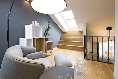 Žádné hluché místo - ochoz slouží nejen k propojení bytu s terasou, ale především jako odpolední salonek pro posezení u čaje či sklenky vína.