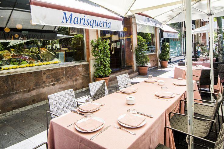 La terraza vista desde un lateral con la entra del restaurante marisquería La Máquina.