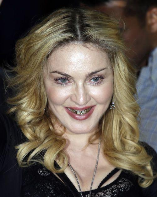 """Una nueva faceta presenta Madonna, esta vez los """"Grilzz"""" de oro y diamantes, fueron su elección para los VMA de 2013."""