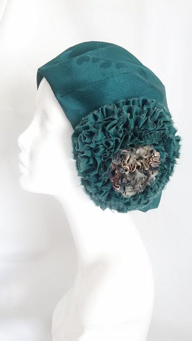 桐の柄が浮かび上がる、紋錦紗の着物をリメイクしたベレー帽です。 落ち着いたグリーンに、フワッと広がる桐の葉が素敵な正絹(絹100%)の生地です。 大きなお花がポイントです。 中心部には羽裏の生地を組み合わせました。 ふんわり柔らかく仕上げました。 季節を問わず被って頂けると思います。 サイズ 57㎝ サイズ調整(縮小のみ)可。