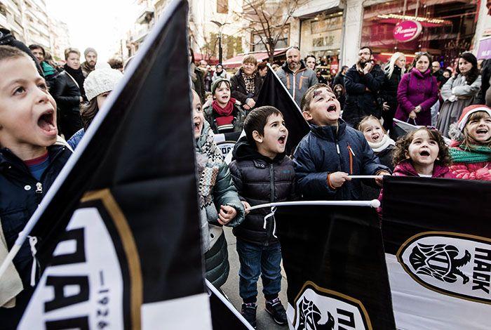 Πλήθος κόσμου, δεκάδες ασπρόμαυρες σημαίες, κέφι, τραγούδι, χορός και πολλά παιδικά χαμόγελα. Το κέντρο της Θεσσαλονίκης κινήθηκε στους ρυθμούς του Christmas Street Party Event, που διοργάνωσαν το PAOK FC Official City  Store και ο 96.8 Velvet.