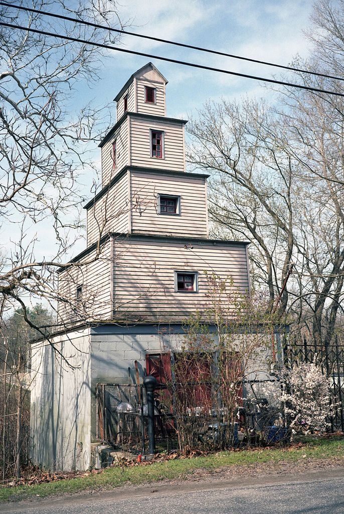 Spite Houses | Cake House in Gaylordsville, Connecticut (photo by Bruce Berrien/Flickr)