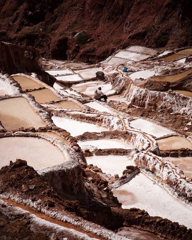 """*Cuando el viaje es un ARTE* En las expresiones cubistas desaparece la perspectiva tradicional. Se trata las formas de la naturalezapor medio de figuras geométricas, fragmentando líneas y superficies. Es decir; se adopta así la llamada """"perspectiva múltiple"""" y se representan todas las partes de un objeto en un mismo plano. En un viaje se pueden descubrir infinitas expresiones artísticas. Estas se manifiestan a través de la tierra, nuestro suelo y hogar. El salar de Maras en Perú es aquel…"""