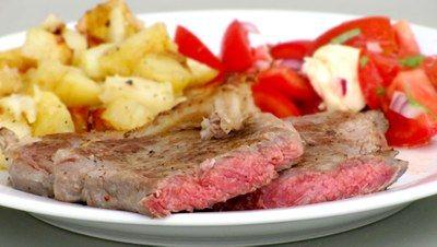 Stegt bøf med kartofler og tomatsalat