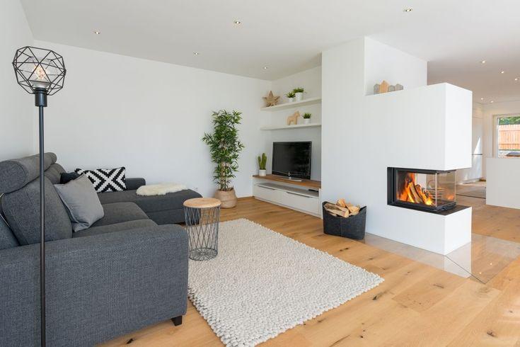 Wohnzimmer modern im Landhausstil mit Kamin als Raumteiler – Haus Ideen Einrichtung ÖKOHAUS HERB von Baufritz – HausbauDirekt.de