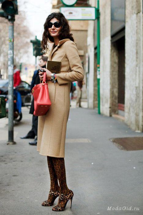 Tan coat with red bag Знаменитости: Икона стиля: Джованна Батталья