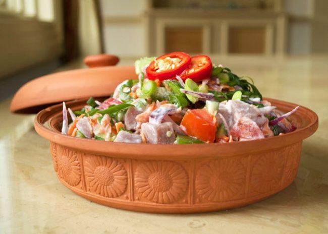 Salada de tomate,mussarela,grão-de-bico e pesto Ingredientes 400g degrão-de-bico; 1/4de xícara depesto; 1xícara detomate-cereja (tomatinho); 1/4de xícara dequeijo mussarela ralado; 2colhere…