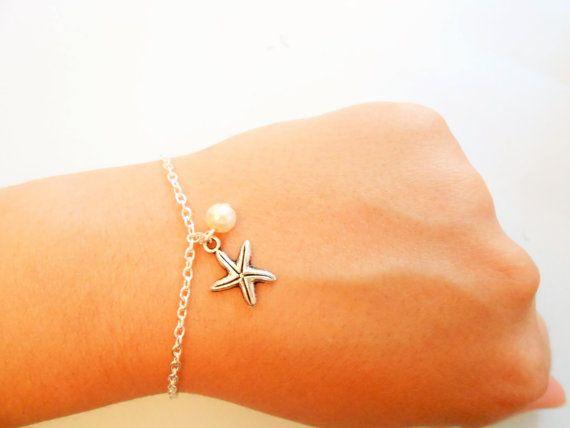 bracelet étoile de mer réalisé avec chaîne en métal argenté  Pendentif breloque étoile de mer MATIERE : métal argenté TAILLE : 17*14 mm  perle blanche nacrée : 4 mm  taille bracelet étoile de mer argenté ouvert : 17 CM  le bracelet étoile de mer - bracelet perle - bracelet été convient pour poignet de 16 à 17 cm  NE CONVIENT PAS AUX PERSONNES ALLERGIQUES