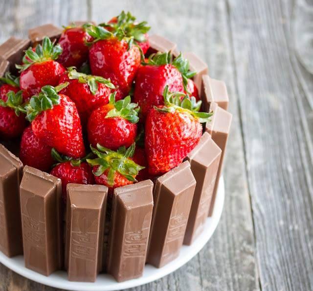 """キットカット""""を使った、苺のチョコレートケーキ♪ 苺をがぶっと食べつつ、""""キットカット""""とのハーモニーを楽しみたいですね。"""