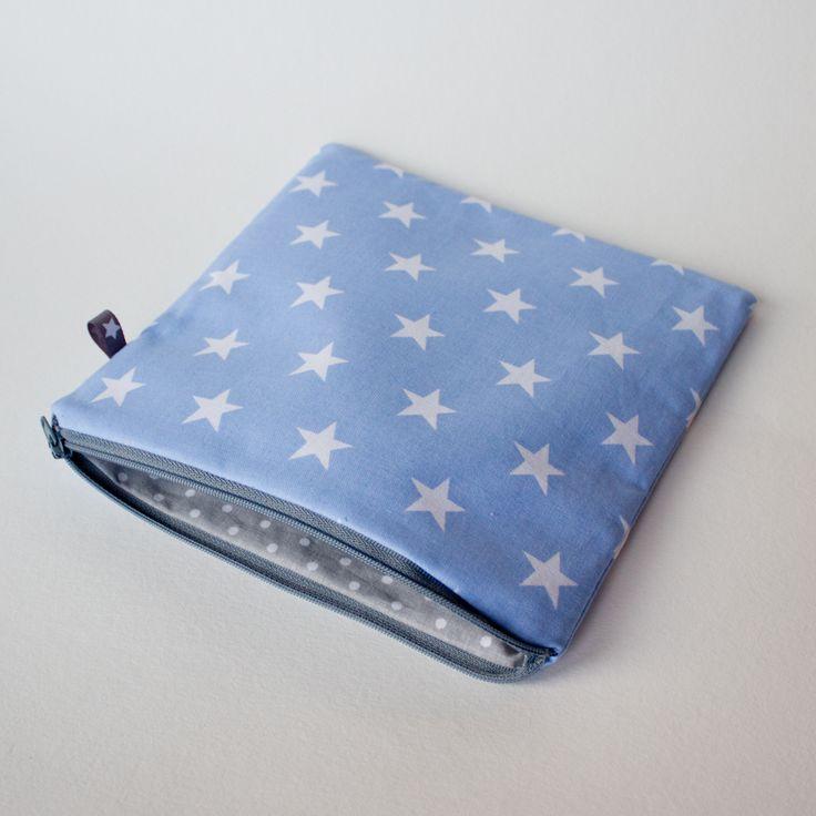Kwadratowa saszetka bawełniana, motyw w gwiazdki na błękicie, podszewka szara w grochy. 19 x 19 cm.