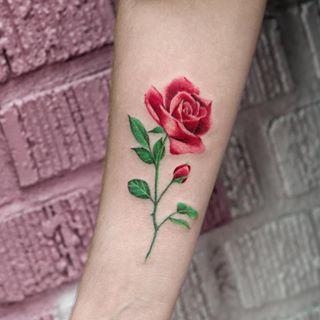 Y esta hermosa rosa sin bordes. | 21 Diseños de tatuajes botánicos que te enamorarán