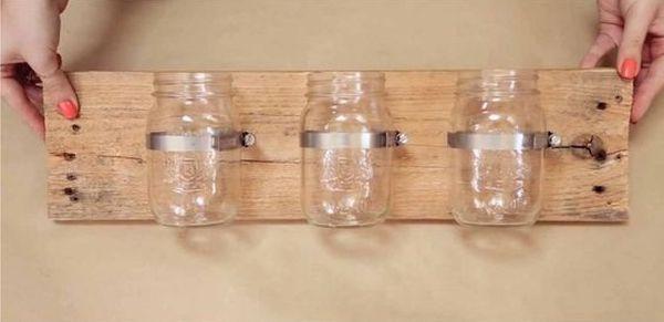 Decoratiuni inedite la care s-au folosit borcane – un tutorial pas cu pas Borcane din sticla avem cu totii in casa, insa cu putina indemanare putem realiza din ele niste obiecte decorative minunate http://ideipentrucasa.ro/decoratiuni-inedite-la-care-s-au-folosit-borcane-un-tutorial-pas-cu-pas/