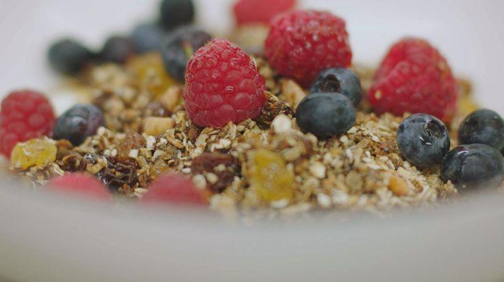 Vergeef Jeroen het woordgrapje, maar deze 'Meusli' is zijn persoonlijke versie van een 'granola'. Amerikanen zijn verzot op zo'n geroosterde ontbijtmix van havermout, noten, pitten, zaden en wat zoetigheid. En geef ze eens ongelijk, want zoveel crunch combineert perfect met frisse yoghurt, vers fruit en zelfs wat chocolade. Jeroen gebruikt frambozen en bosbessen, maar eender welk fruit smaakt heerlijk aan het begin van de dag.Maak meteen een flinke hoeveelheid klaar en bewaar de geroosterde…