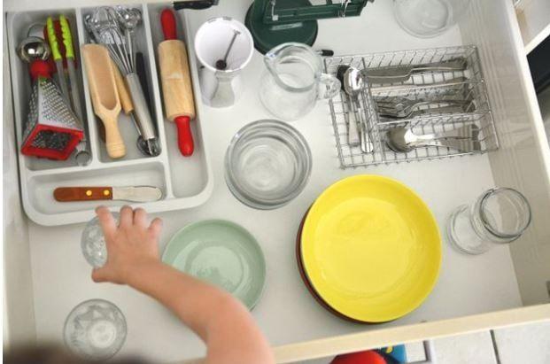 Cucinare è una delle attività pratiche ritenute dalla pedagogista Maria Montessori molto importanti per lo sviluppo del bambino. Tagliare un frutto, preparare una spremuta, lavare l'insalata, sono mansioni che abituano all'autonomia, allenano la manualità, stimolano i sensi del tatto e del gusto ed educano ad avere un atteggiamento positivo verso il cibo.