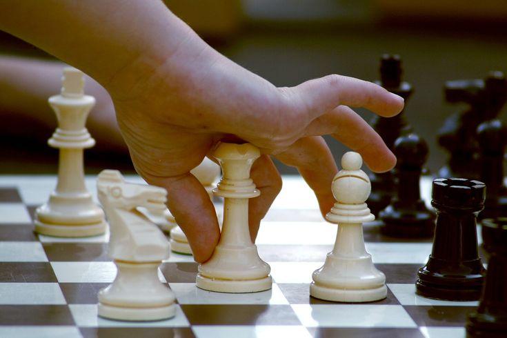 Jouer aux échecs avec ses enfants   Pourquoi apprendre à jouer aux échecs avec ses enfants ? Et surtout comment apprendre à jouer aux échecs avec ses enfants ? Voici deux questions importantes que nous traitons dans cet article ! Pourquoi apprendre à jouer aux échecs avec ses enfants ? Il existe évidemment beaucoup, beaucoup de