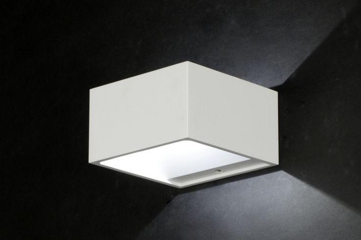 Artikel 71050.[LED] Zeer strakke wandlamp met een zeer hoge kwaliteit aan led-verlichting en afwerking uit de designserie van Zoxx. Uitgevoerd in mat wit aluminium. Ingebouwd: 1x 4 watt CREE LED in lichtkleur warmwit 3000K. lichtopbrengst 356 lumen (ca. 40 watt licht). http://www.rietveldlicht.nl/artikel/wandlamp-71050-modern-design-glas-helder_glas-metaal-rechthoekig