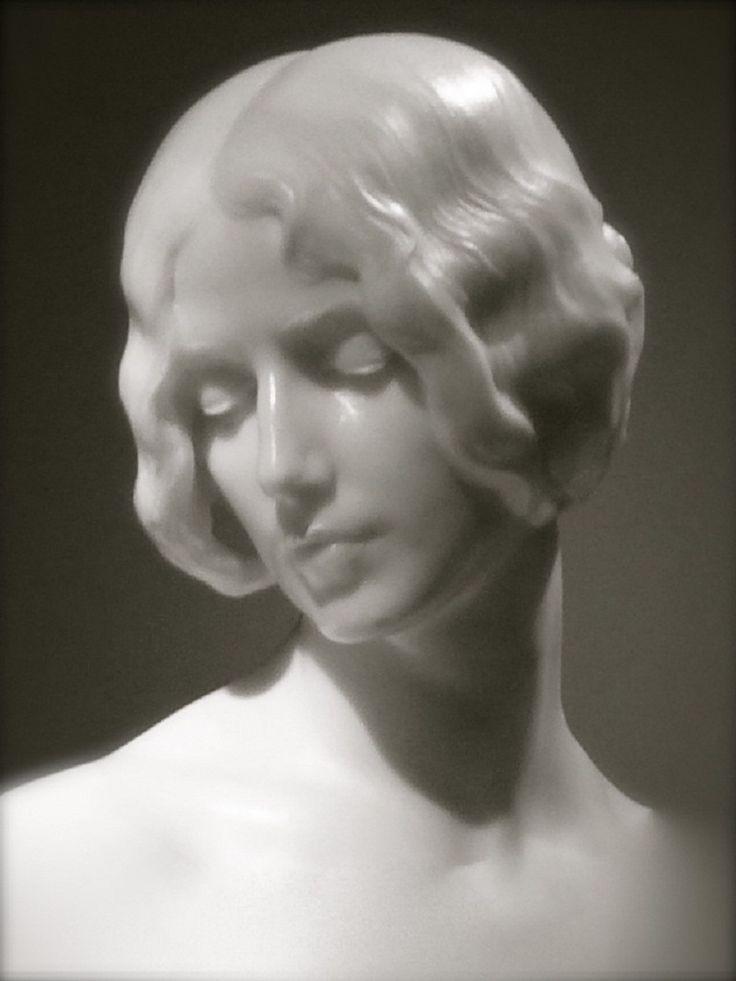Cleo de Mérode, marble sculpture Mariano Benlliure, 1910.