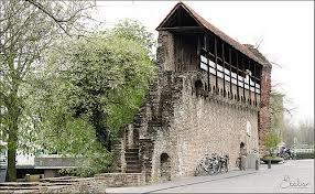 resten van de oude stadsmuur, dateert van vòòr 1300..