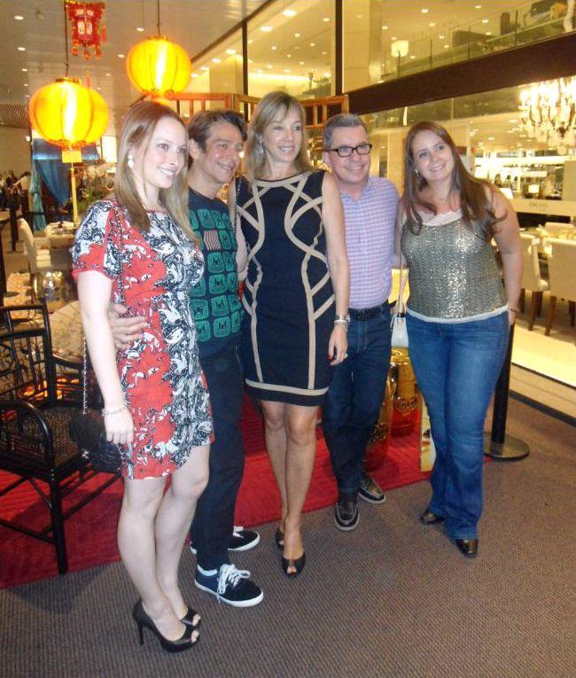 """A Breton Actual marcou presença no lançamento da mostra """"Mesas Decoradas"""", realizada ontem (12/11), no D&D Shopping. Anette e Giselle Rivkind prestigiaram as mesas decoradas dos profissionais que ambientaram com produtos da marca."""
