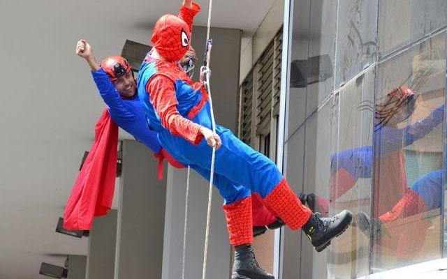 Vigili Del Fuoco Vestiti Da Spiderman e Superman Sui Tetti Dell' Ospedale Pediatrico Bambino Gesù Di Roma #vigili #del #fuoco #ospedale #supereroi