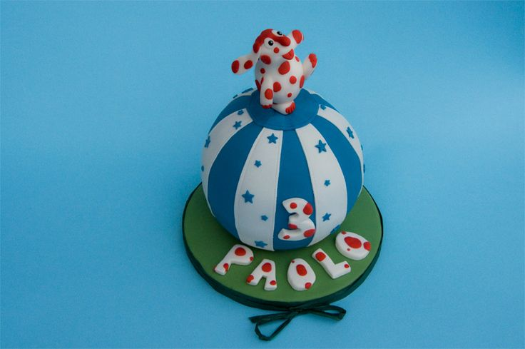 Torta intera: La Pimpa in equilibrio su una torta a forma di  palla