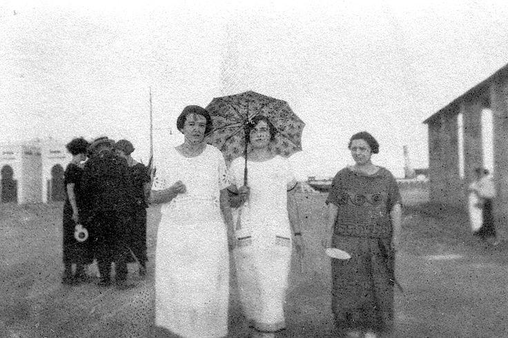 Castelló años 20. Señoritas en el puerto de Castelló de la Plana. La foto original está deteriorada.