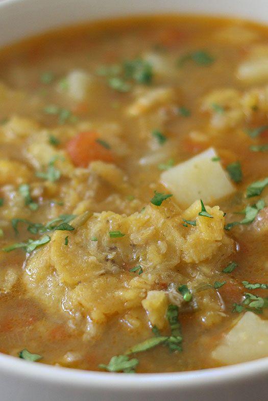 Muchas personas adoran los patacones pero no saben que también se puede hacer una rica sopa son ellos. Es una preparación típica de la región central de Colombia pero se a ido extendiendo a muchos otros lugares, es muy conocida también en la Costa Atlántica y Pacífica del país.