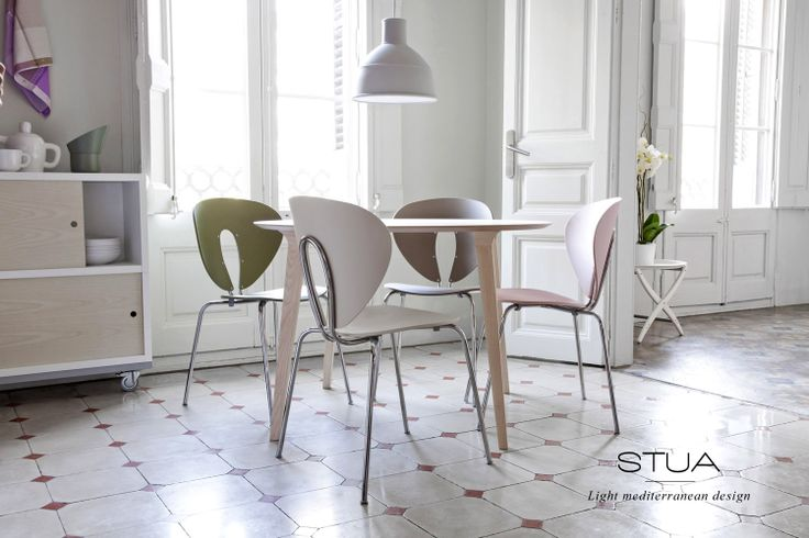 Colouricious Globus chairs around a Lau table in a flat in Barcelona. STUA, light mediterranean design.