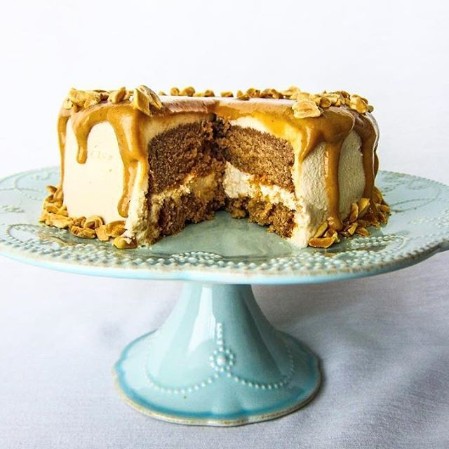 New Recipe: Vegan Peanut Butter Love Cake! ❤️❤️ I made this last weekend and it was a hit! Layers of moist peanut butter cake, sandwiched together with luscious peanut butter cream frosting and gooey peanut butter caramel, all topped off with crunchy peanuts. This is crave worthy...just sayin'! It did not last long at all ! ❤️❤️❤️ You can find the recipe up on my website: http://www.fragrantvanilla.com/vegan-peanut-butter-love-cake/ . . . . #vegan #veganfoodshare #veganfoodporn #glute...