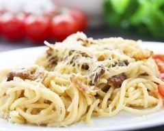 poêlée de spaghettis, bacon et graines de courge grillées : http://www.cuisineaz.com/recettes/poelee-de-spaghettis-bacon-et-graines-de-courge-grillees-78084.aspx