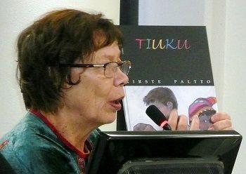 Tekijöiden päivillä 2016 kirjailija Kirste Paltto, Utsjoki-Rovaniemi, tänä vuonna marraskuussa pohjois-saameksi ilmestyvällä lastenkirjalla Luohtojávrri oainnáhusat (Luohtojärven ihmeet). Kuva: Katja Rakkolainen.