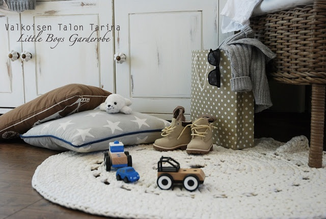 Vaatteet, tyynyt, kaappi, matto ja puuautot  Valkoisen Talon Tarina