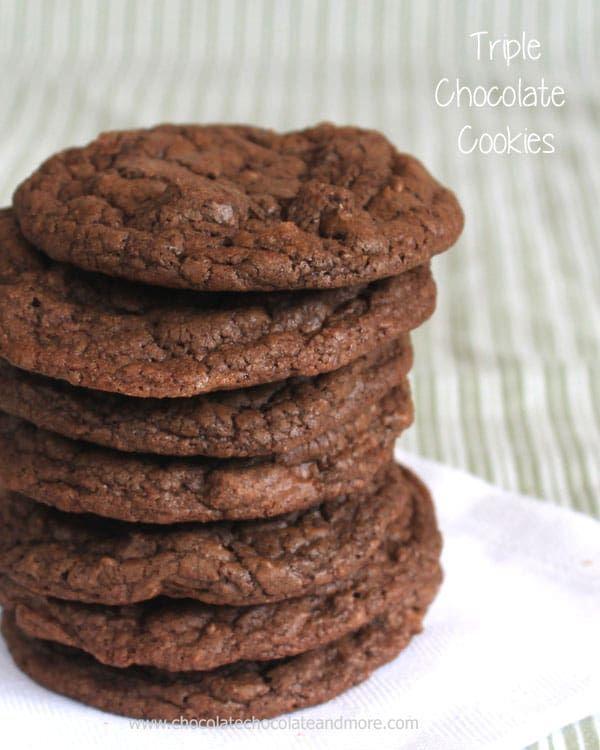 Тройные шоколадные печенья - порошок какао, полусладкий шоколад и молочный шоколад объединяются, делая эти куки неотразимо шоколадными!  Хрустящий снаружи, жевательный внутри!