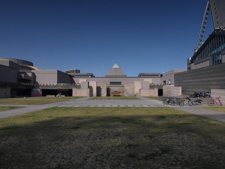 水戸芸術館/磯崎新。ポストモダンの代表的な建築らしい。ちょっとクライスラー・ビルっぽかったり円柱があったり。