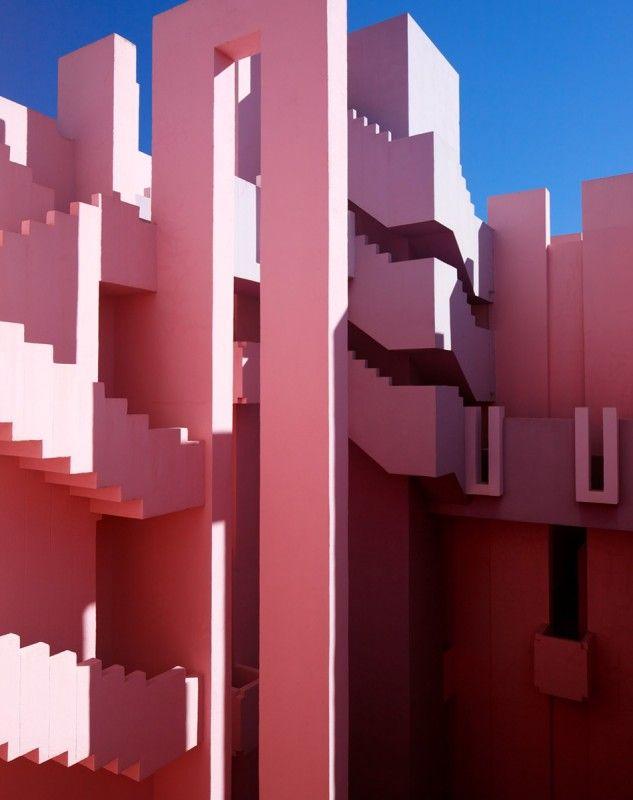 Ricardo Bofill est un architecte espagnol connu en France pour les Espaces d'Abraxas à Noisy-le-Grand qui ont servis de décors au film Brazil ou pour le quartier d'Antigone à Montpelier.  En 1973 il a conçut à Calp en Espagne, La Muralla Roja ( Le mur rouge ), un complexe de 50 appartements avec des escaliers et des parties communes enchevêtrés et colorés dans des tons allant du rouge au bleu.