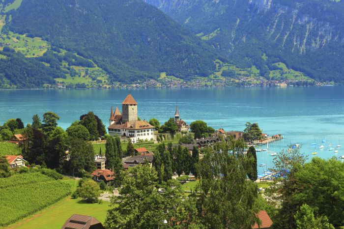 Switzerland is a country with so many places and sights to explore like Trek, go hiking or take a walk,Go to the lakes.