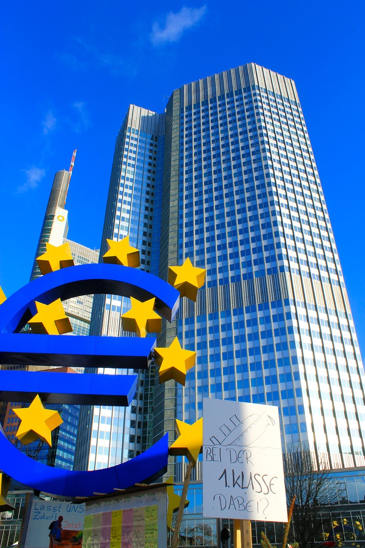 Mark with X the correct answer. Which of these structures in Frankfurt are more resistant. a) The European Bank. b) The Euro. c) The Manifestation poster.