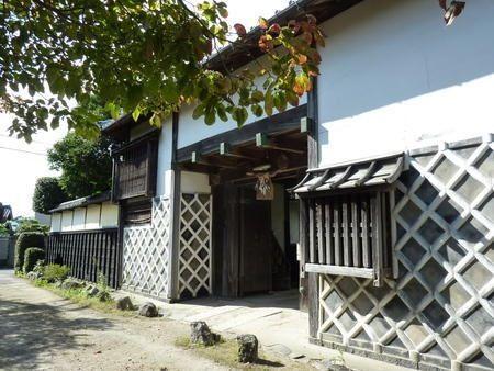 松坂  舟木家長屋門     NAGAYAMON Gate of Matsuzaka Funaki's BUKEYASHI     長屋門は近世諸大名の武家屋敷門として発生した形式で、江戸時代に多く建てられた。諸大名は、自分の屋敷の周囲に、家臣などのための長屋を建て住まわせていたが、その一部に門を開いて、一棟とした物が長屋門の始まりである。  http://tohotoho.exblog.jp/19315229/