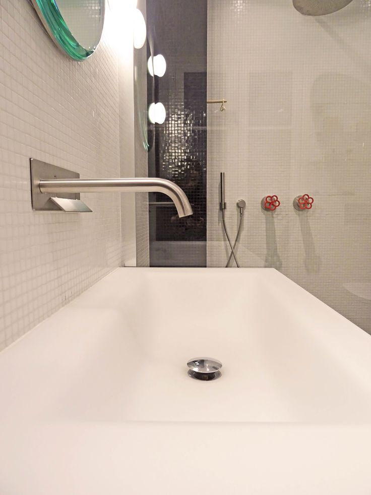 Aménagement d'une salle de bain en mosaïque noire et blanche de la marque Trend. Projet réalisé par l'agence Karine Perez pour un client particulier dans le quartier du Marais à Paris 4ème arrondissement-Equipement Boffi bains