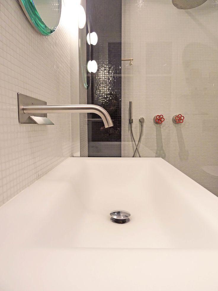 salle de bain en mosaïque trend  noir et blanc équipement boffi bains